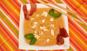 Soupe fraîche de melon au basilic, chèvre et Serrano grillé