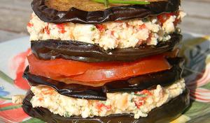 Millefeuille d'aubergines et féta aux poivrons rouges