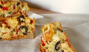 Cake aux poivrons, mozzarella, olives noires et romarin