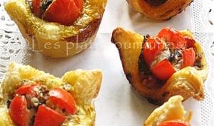 Paniers feuilletés avec des tomates cerises