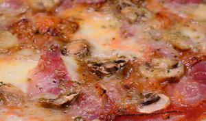 Pizza au jambon cru, aux champignons et au comté