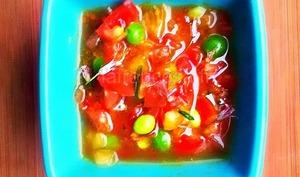 Sauce vierge aux tomates d'été, curcuma, gingembre et combava : le rougail technicolor