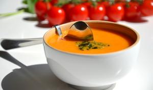 Soupe froide de tomates au pesto de basilic