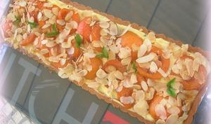 Tarte aux abricots pochés à la vanille sur crème pâtissière au basilic