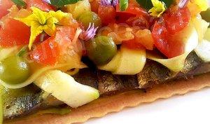 Tarte fine aux sardines marinées, courgettes crues et sauce vierge au curcuma
