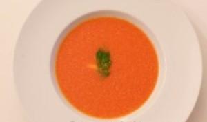 Soupe froide aux tomates et poivrons épicée au gingembre