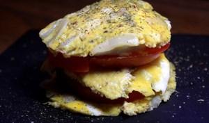 Mille feuille d'omelette à l'oignon, tomate et chèvre frais