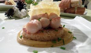 coquilles saint Jacques sur risotto croustillant et sauce safranée