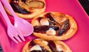 Tartelettes rapides aux prunes, chocolat blanc et sésame