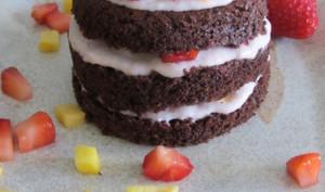 Layer cakes individuels au chocolat, fraises et nectarine