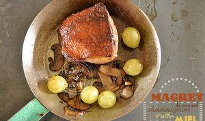Magret de canard poêlé aux champignons, raisins et miel bio