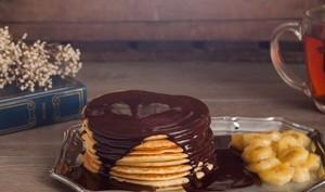 Pancakes sauce chocolat et bananes caramélisées