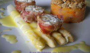 Filet de lotte en croûte de pancetta, asperges sauce hollandaise et crumble de stoemp aux carottes
