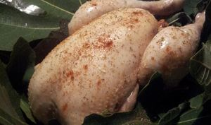 Poulet rôti aux feuilles de figuiers farci aux patits suisses au zaatar et baies rouges séchées