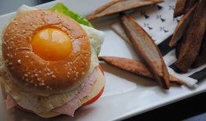 Burger oeuf, jambon, fromage et frites de blé noir