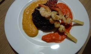 Risotto venere, coulis de poivron, de potiron, brochettes de crevettes et pétoncles, chips de chorizo