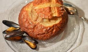 Chowder de moules et bol en bretzel