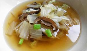 Soupe chinoise au chou et aux champignons shiitaké