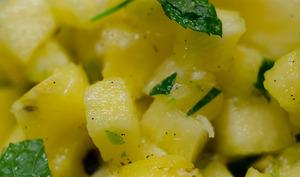 Tartare d'ananas avec du gingembre et de la menthe