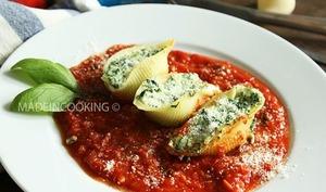 Conchiglie aux épinards et à la ricotta sur lit de sauce tomate