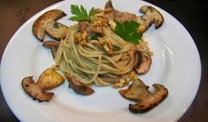 Spaghettis aux cèpes, sel du vigneron, noix et huile truffée