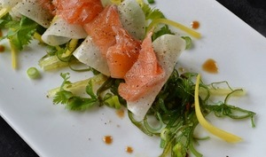 Saumon mariné, salade d'algues, daïkon, mangue
