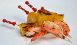 Brochettes des crevettes à l'ananas