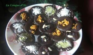Mendiants chocolat noir aux écorces d'oranges, pistaches, noix de coco et fruits secs
