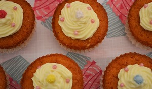 Cupcakes cœur de framboise et topping chocolat blanc