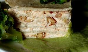 Gâteau de galettes sarrasin au saumon, Philadelphia et amandes, sauce brocoli