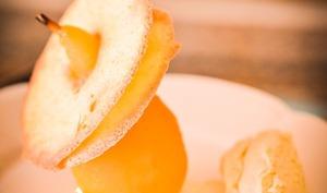 Poires pochées au jus d'orange, langue de chat en disque, ganache de chocolat blanc