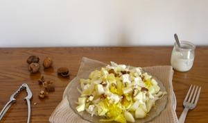 Salade d'endives à la pomme verte, fromage frais et noix, sauce à l'huile de noix