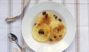 Ananas poché à la cannelle, miel et raisins secs