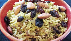 Riz à la viande, cari, amandes et raisins secs