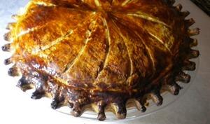 Galette des rois à la crème d'amandes et compote d'abricots secs à la tonka