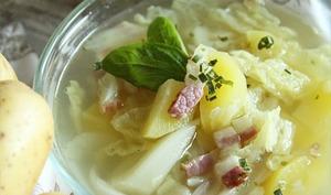 Soupe au chou, pommes de terre et lard