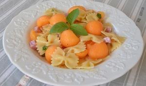 Salade de pâtes melon jambon basilic
