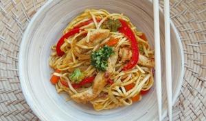 Nouilles sautées au poulet, sauce curry