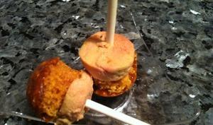 Sucettes apéritives aux foie gras, pain d'épices et nougatine de cacahuètes