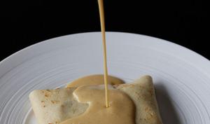 Crêpe aux pommes caramélisées, crème anglaise au Dulcey, éclat de caramel façon «crème brûlée»