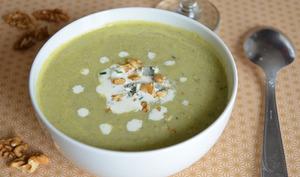 Soupe au céleri branche, crème au bleu d'Auvergne et noix