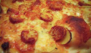 Pizza à la pomme de terre, au chorizo et au cheddar