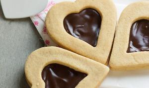 Cœurs sablés au chocolat et beurre de cacahuète