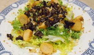 Salade frisée aux escargots et noix