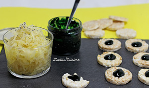 Salade de choucroute crue au citron, ail et gingembre et tartines de crème de spiruline à l'orange sanguine