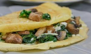 Crêpes salées à la farine de pois chiche, épinards, champignons et mozzarella