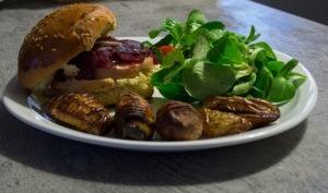 Burger au foie gras magret et compotée d'oignons rouges