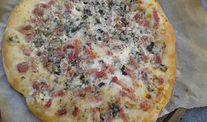 Pizza au bleu et aux lardons