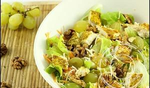 Salade au poulet raisin et noix