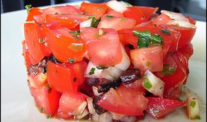 Tartare de tomates, olives noires et basilic